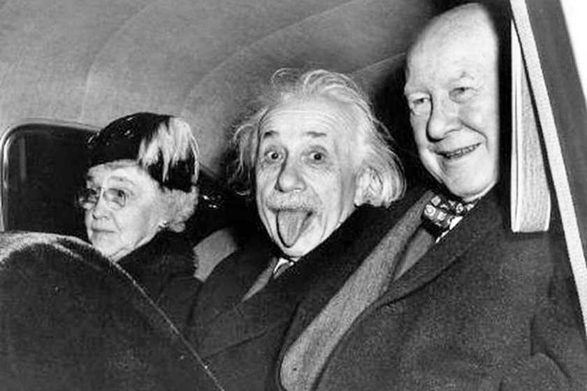 Albert Einstein nyelvöltögetése